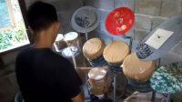 YouTuber Deden Noy yang menabuh drum pakai alat bekas