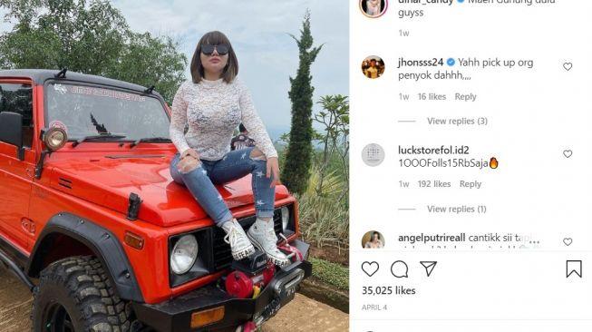Dinar Candy suka sekali pose di atas kap mesin (Instagram)