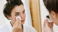 Ilustrasi perempuan membersihkan makeup. (Shutterstock)